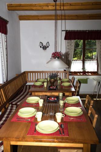 Prostřený jídelní kout v obývacím pokoji
