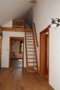schody do půdního pokojíku
