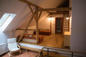 Horní chodba s postelemi pro příležitostné přespání a schody pro půdního pokojíku
